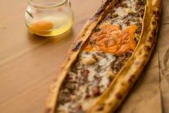 Τουρκικό Pide με το αυγό και τον κιμά Στοκ Εικόνα