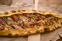 Τουρκικό pide με το τυρί και το κυβισμένο kasarli κρέατος/kusbasili pide Στοκ φωτογραφία με δικαίωμα ελεύθερης χρήσης