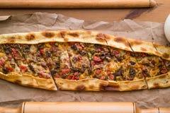 Τουρκικό pide με το τυρί και το κυβισμένο kasarli κρέατος/kusbasili pide Στοκ εικόνες με δικαίωμα ελεύθερης χρήσης