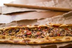 Τουρκικό pide με το τυρί και το κυβισμένο kasarli κρέατος/kusbasili pide Στοκ Εικόνες