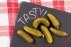 Τουρσιά στο μαύρο δίσκο Υγιή και εύγευστα τρόφιμα Σπιτικά τουρσιά στον πίνακα στοκ εικόνες με δικαίωμα ελεύθερης χρήσης
