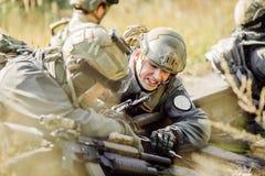 Τους στρατιώτες καθορισμένους το ορυχείο στο σιδηρόδρομο Στοκ Εικόνες