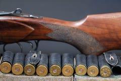 Τουφέκι διπλός-βαρελιών κυνηγιού με τις κασέτες στοκ φωτογραφίες