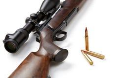 Τουφέκι και πυρομαχικά κυνηγιού που απομονώνονται στο άσπρο υπόβαθρο Στοκ Φωτογραφία