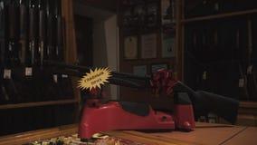 Τουφέκι στη στάση πυροβόλο όπλο δώρων στο τόξο πυροβόλων όπλων απόθεμα βίντεο