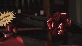 Τουφέκι στη στάση πυροβόλο όπλο δώρων στο τόξο πυροβόλων όπλων φιλμ μικρού μήκους