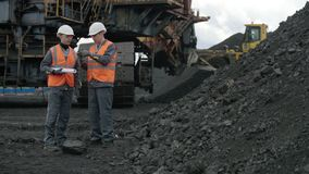 Του άνθρακα άτομο εργαζομένων ανοικτών κοιλωμάτων απόθεμα βίντεο
