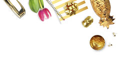 Τουλίπα, χρυσό stapler, μολύβι Επιτραπέζια άποψη Ακόμα ζωή της μόδας Επίπεδος βάλτε Στοκ Εικόνα