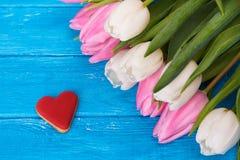 Τουλίπες και καρδιά μπισκότων Στοκ φωτογραφία με δικαίωμα ελεύθερης χρήσης