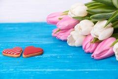Τουλίπες και καρδιές μπισκότων Στοκ εικόνα με δικαίωμα ελεύθερης χρήσης