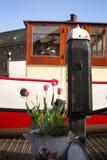 Τουλίπες και πλωτό σπίτι στην Ολλανδία Στοκ φωτογραφία με δικαίωμα ελεύθερης χρήσης