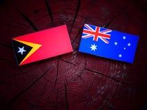 Του ανατολικού Τιμόρ σημαία με την αυστραλιανή σημαία σε ένα κολόβωμα δέντρων που απομονώνεται Στοκ φωτογραφία με δικαίωμα ελεύθερης χρήσης