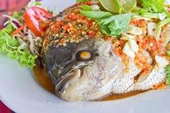 Του γλυκού νερού ψάρια (γιγαντιαίο gourami) που βράζουν στον ατμό με το λεμόνι Στοκ εικόνα με δικαίωμα ελεύθερης χρήσης