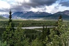 Του δέλτα βουνά στην Αλάσκα κατά μήκος της εθνικής οδού Richardson στο SU στοκ εικόνα