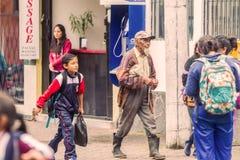 Του Εκουαδόρ λαοί που περπατούν στις οδούς στοκ εικόνες