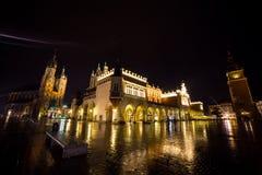 11 του Ιουλίου του 2017 - Πολωνία, Κρακοβία Τετράγωνο αγοράς τη νύχτα Ο κεντρικός αγωγός Στοκ Εικόνα