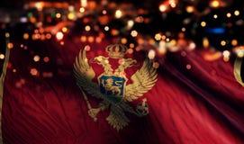 Του Μαυροβουνίου αφηρημένο υπόβαθρο Bokeh νύχτας εθνικών σημαιών ελαφρύ Στοκ Εικόνες