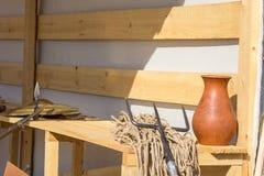 Του μονομάχου καθαρός και τρίαινα στον ξύλινο πάγκο Στοκ Εικόνες