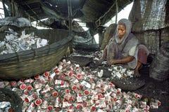 Του Μπαγκλαντές γυναίκα που συμμετέχεται στην ανακυκλώνοντας βιομηχανία Στοκ Εικόνες