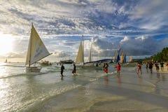 16.2017 του Νοεμβρίου πλέοντας περιμένοντας τουρίστας βαρκών στην άσπρη παραλία Boracay, Στοκ Φωτογραφίες