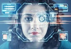 Του προσώπου αναγνώριση Νέο κορίτσι που χρησιμοποιεί το σύστημα αναγνώρισης προσώπου στοκ εικόνες