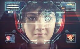 Του προσώπου αναγνώριση Νέο κορίτσι που χρησιμοποιεί το σύστημα αναγνώρισης προσώπου στοκ φωτογραφία με δικαίωμα ελεύθερης χρήσης