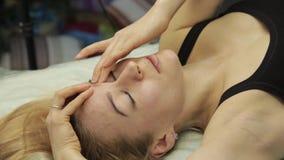 Του προσώπου μόνος-μασάζ αντι-γήρανσης ασκήσεις για το αντι κρεμώντας δέρμα απόθεμα βίντεο
