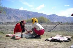 Του Τατζικιστάν γάμος σε Tashkurgan, που θανατώνει τα ζώα για τη γιορτή - Xinjiang, Κίνα στοκ φωτογραφίες με δικαίωμα ελεύθερης χρήσης