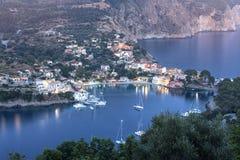 Του χωριού άποψη Assos από το ενετικό κάστρο, Kefalonia, Ελλάδα στοκ φωτογραφία με δικαίωμα ελεύθερης χρήσης