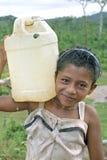 Του χωριού ζωή του ινδικού κοριτσιού, ποταμός κοκοφοινίκων, Νικαράγουα Στοκ Φωτογραφίες