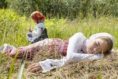 Του χωριού κορίτσια σε έναν τομέα Στοκ Εικόνες