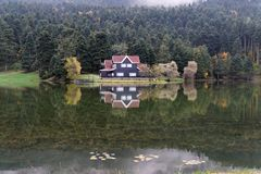 Του χωριού ξενοδοχείο το φθινόπωρο Στοκ εικόνες με δικαίωμα ελεύθερης χρήσης