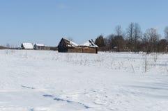 Του χωριού περίχωρα, ηλιόλουστη χειμερινή ημέρα στοκ φωτογραφία