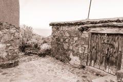 Του χωριού σκηνή Fikardou με τη σέπια αμυγδαλιών άνθισης που τονίζεται Στοκ Φωτογραφίες