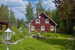 Του χωριού σπίτι με έναν κήπο Στοκ Εικόνες