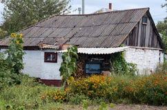 Του χωριού σπίτι στο πράσινο λιβάδι Στοκ Φωτογραφίες