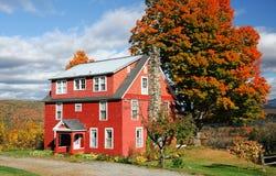 Του χωριού σπίτι φθινοπώρου στην πόλη της Νέας Αγγλίας με το φωτεινό χρώμα στην ηλιόλουστη ημέρα Στοκ Φωτογραφίες