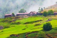 Του χωριού τοπίο της Νορβηγίας και πράσινοι λόφοι Στοκ Φωτογραφία