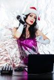 Του DJ γυναικών νέο έτους Santa κοστουμιών ακουστικών ασημένιο υποβάθρου κομμάτων κοριτσιών κόκκινο Χριστουγέννων διακοσμήσεων ρό στοκ εικόνες