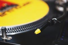 Του DJ στενός επάνω πικάπ περιστροφικών πλακών βινυλίου Στοκ φωτογραφία με δικαίωμα ελεύθερης χρήσης