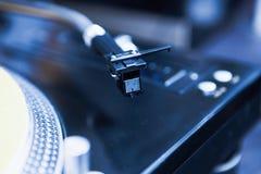 Του DJ στενός επάνω πικάπ περιστροφικών πλακών βινυλίου Στοκ Φωτογραφία