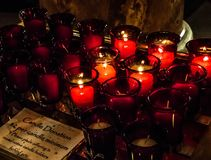 Του Saint-Louis βασιλικών δευτερεύοντα κεριά προσευχής βωμών κόκκινα Στοκ Φωτογραφίες
