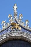 Του ST άγαλμα σημαδιών με το φτερωτό λιοντάρι στη Βενετία Στοκ Εικόνες
