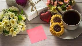 Του ST ημέρα βαλεντίνων ` s Φλιτζάνι του καφέ με την κενή επιστολή αγάπης στον άσπρο ξύλινο πίνακα Στοκ Φωτογραφία