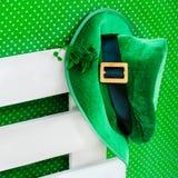 Του ST Πάτρικ ` s ημέρας κοστουμιών trefoil τριφυλλιού υποβάθρου καπέλων leprechaun ιρλανδικό πράσινο άσπρο στοκ εικόνες με δικαίωμα ελεύθερης χρήσης