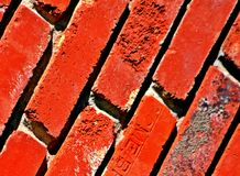 Τούβλα, κόκκινη, διαγώνια, χονδροειδής σύσταση, Grunge στοκ φωτογραφία