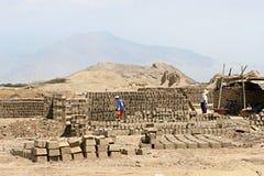 τούβλα που κάνουν τη λάσπη στοκ φωτογραφίες