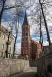 Τούβλινη γοτθική εκκλησία με τον πύργο κουδουνιών στοκ εικόνα με δικαίωμα ελεύθερης χρήσης
