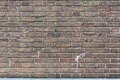 Τούβλινος τοίχος κινηματογραφήσεων σε πρώτο πλάνο με κάποιο άσπρο χρώμα splatter Στοκ φωτογραφία με δικαίωμα ελεύθερης χρήσης