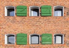 Τούβλινος τοίχος με τα μικρά παράθυρα, σύσταση Στοκ φωτογραφία με δικαίωμα ελεύθερης χρήσης